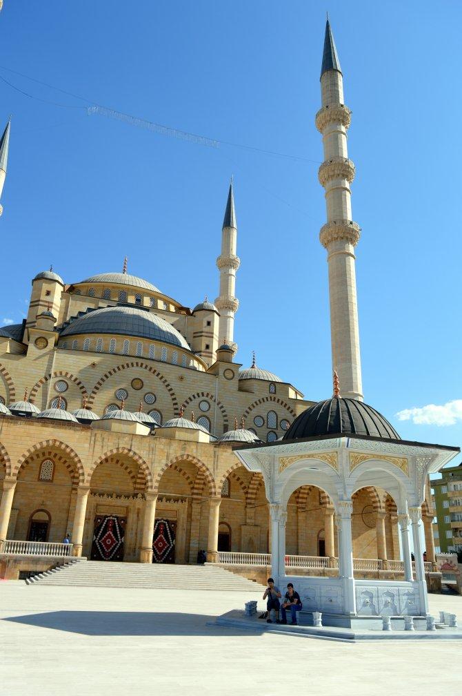Mülkiyeti Diyanet'e devredilmeyen Türkiye'nin 3. büyük camisinde rant iddiası
