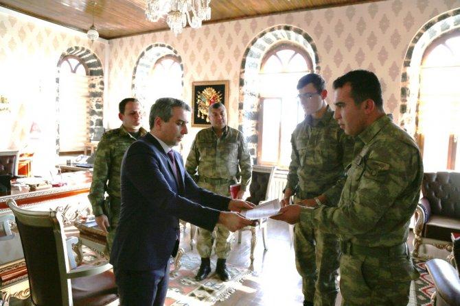 Kaymakam, görevli askere ödül verdi