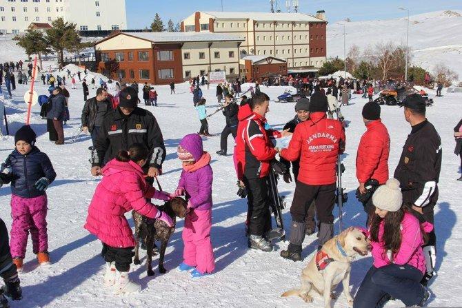 Jandarmanın arama kurtarma köpekleri çocukların ilgi odağı oldu
