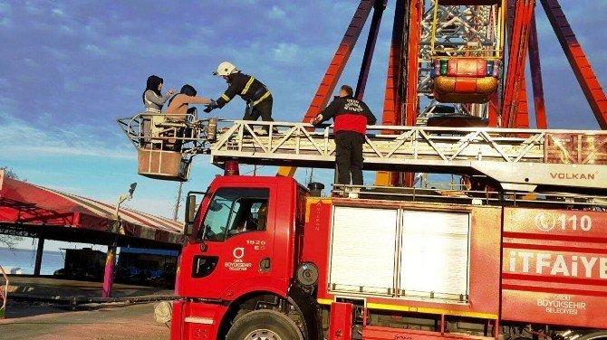 Elektrik Kesilince Dönme Dolapta Mahsur Kaldılar