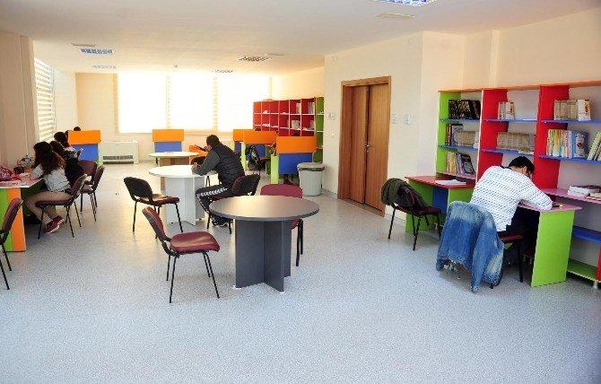 Özgecan Aslan Gençlik Merkezi'ne Gençlerin İlgisi Yoğun