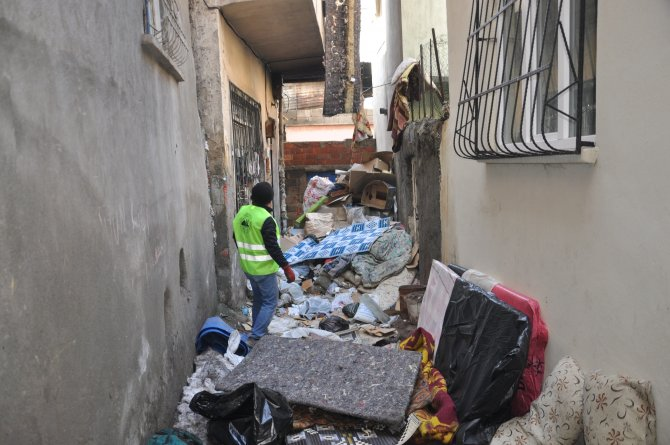 Yaşlı adamın evinden 5 kamyon çöp çıkartıldı