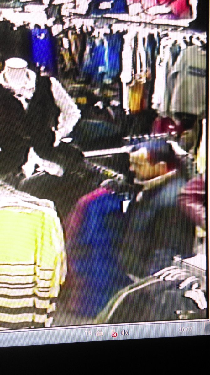 Kurbanını adım adım takip edip mağazada çantayı kaptı