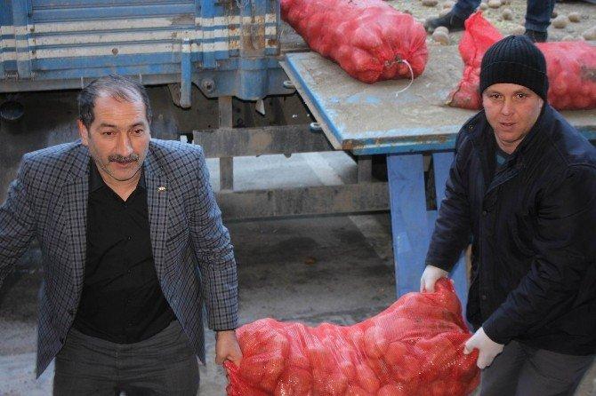 Hayırsever Çiftçi Bir Kamyon Patates Bağışladı
