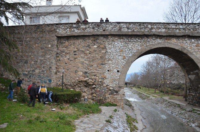 Tarihi Köprüden Atladı