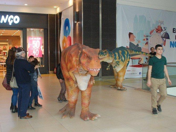 Dinozor Gösterisi Çocukların İlgisini Çekiyor