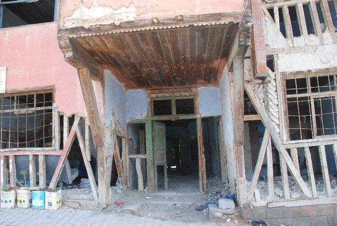 Yıkılmak Üzere Olan Ev Mahalle Sakinlerini Tedirgin Ediyor