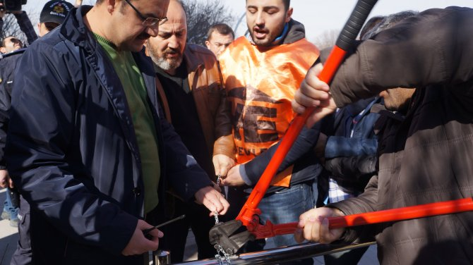 Belediye önünde ulaşım zammını zincirli protesto: 3 gözaltı