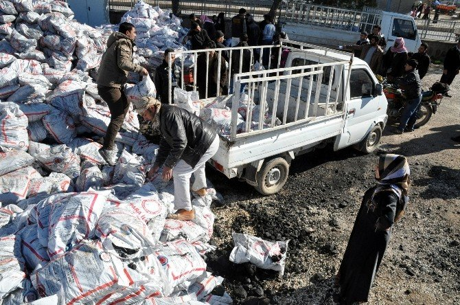 Akçakale'deki Suriyelilere Kömür Yardımı Yapılıyor