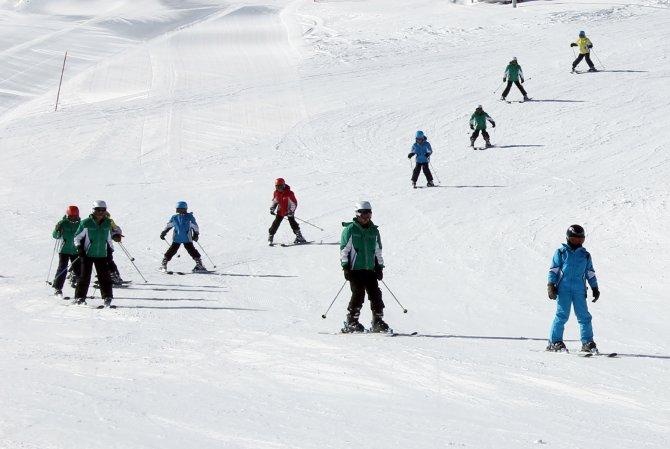 Köy çocuklarına kayak eğitimi veriliyor
