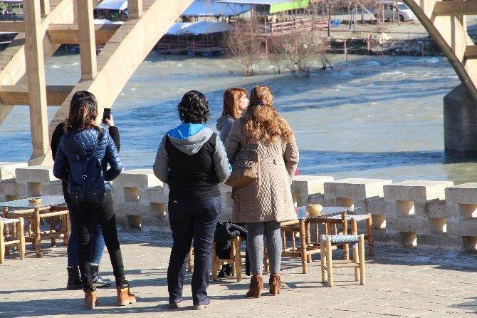 Güneşli Havayı Fırsat Bilen Vatandaşlar Hasankeyf'e Akın Etti