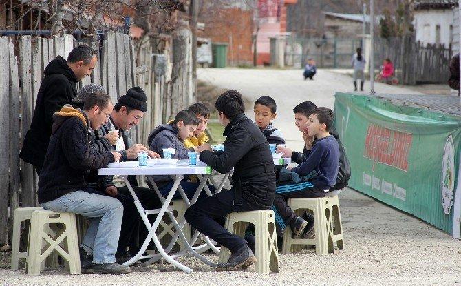Başkan Yılmaz, Cuma Namazı Sonrası Etli Pilav Dağıttı