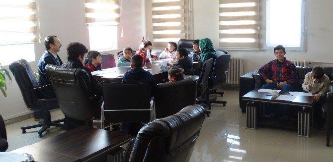 Çocuklar Velilerinin Masalarında Çalışma İmkanı Buldu