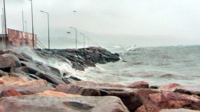 Bandırma'da Fırtına Deniz Ulaşımını Aksatıyor