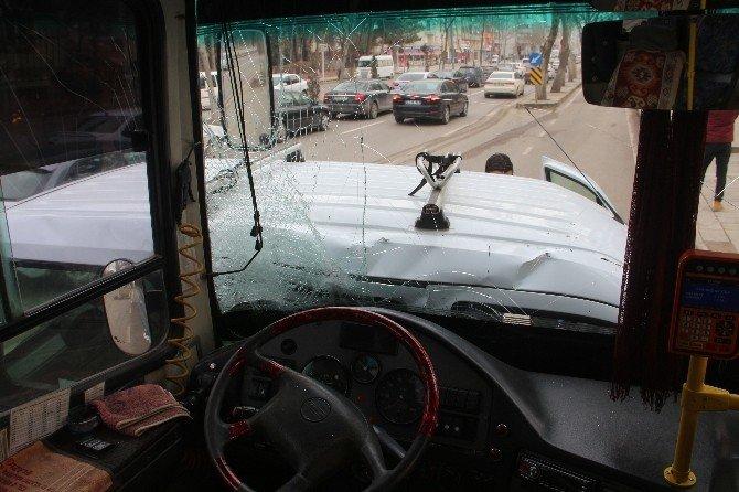 Elazığ'da Hafif Ticari Araç İle Özel Halk Otobüsü Çarpıştı