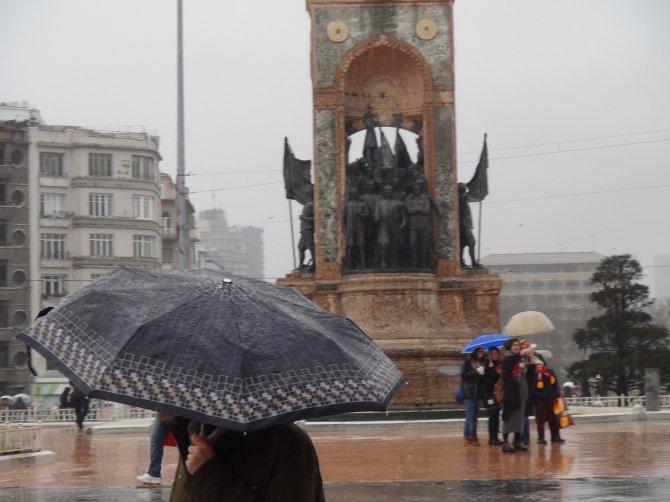 İstanbulluların şiddetli rüzgarla mücadelesi