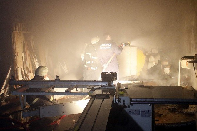 Antalya'da Mobilya Atölyesinde Yangın
