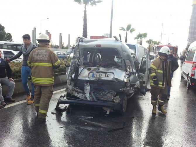 İzmir'de zincirleme trafik kazası: 5 yaralı