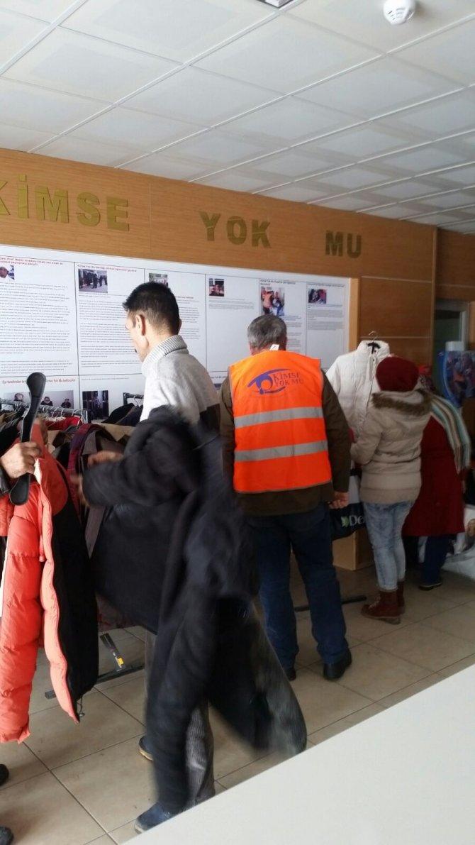 Kimse Yok Mu, Afgan mültecilere kışlık giysi dağıttı
