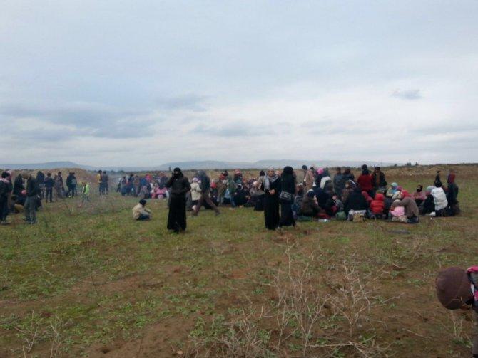 Binlerce Suriyeli Türkiye sınırına yürüyor