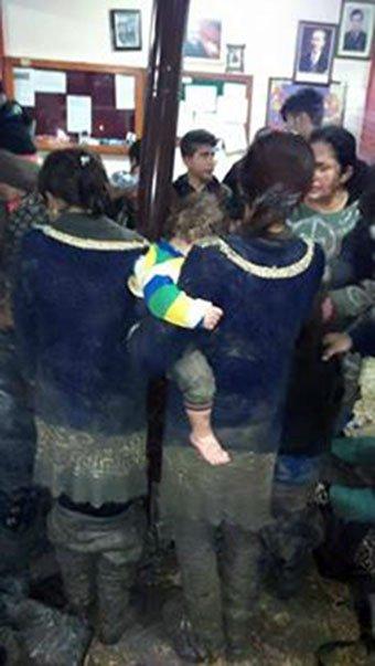Suriyeliler sınırda çamura saplandı