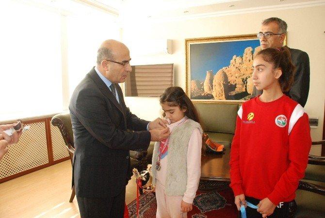Vali Demirtaş'tan Satranç Ve Atletizm Şampiyonlarına Ödül