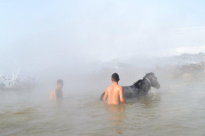 Dondurucu soğukta atlarla kaplıca keyfi