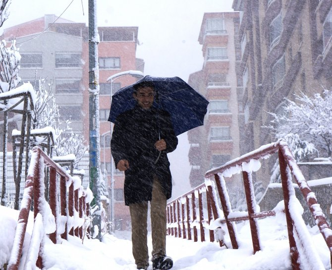 Yoğun kar yağışı sürücüleri zorladı