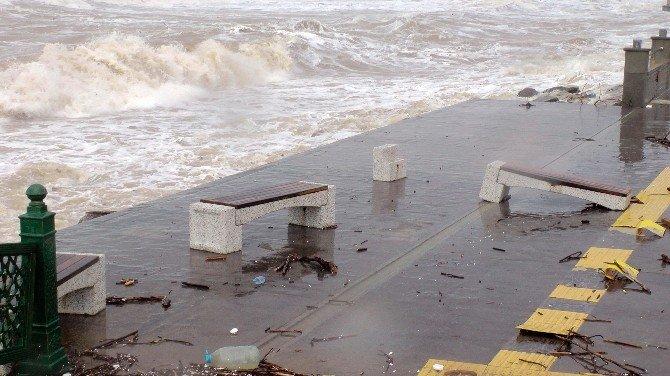 Karadeniz'de Dev Dalgalar Mendireği Aştı