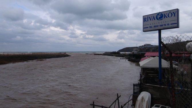 Riva Deresi taştı, balıkçı tekneleri denize sürüklendi