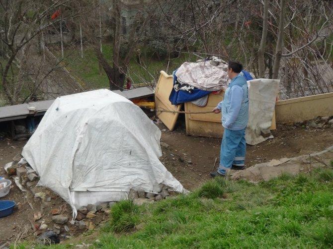 Zabıta evsiz vatandaşın çadırını yıktı