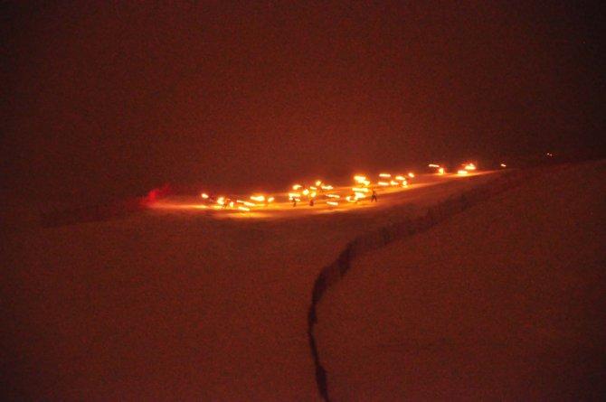 Bitlis'te meşaleli kayak gösterisi büyüledi