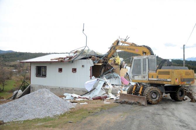 Tarım arazisindeki kaçak yapılar yıkıldı