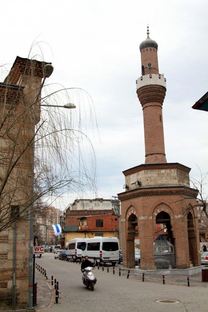 Cami ile yolları ayrı düşen şadırvan üstü minarenin ilginç öyküsü