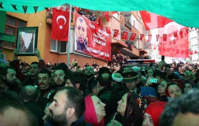 Şehit ailesi, evlatlarını asker selamıyla karşıladı