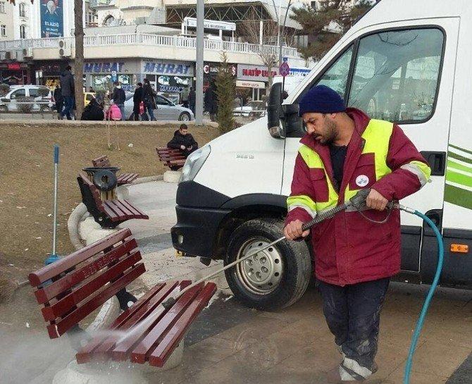 Elazığ'da Meydan Ve Parklarda Kış Temizliği Yapıldı