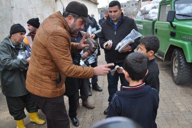 Suriyelilere Çorap Ve Odun Dağıtıldı