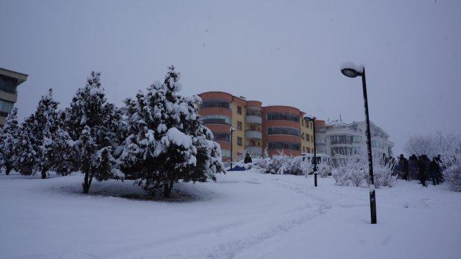 Kılıçdaroğlu'nun evinin önünde yoğun kar yağışı altında protesto
