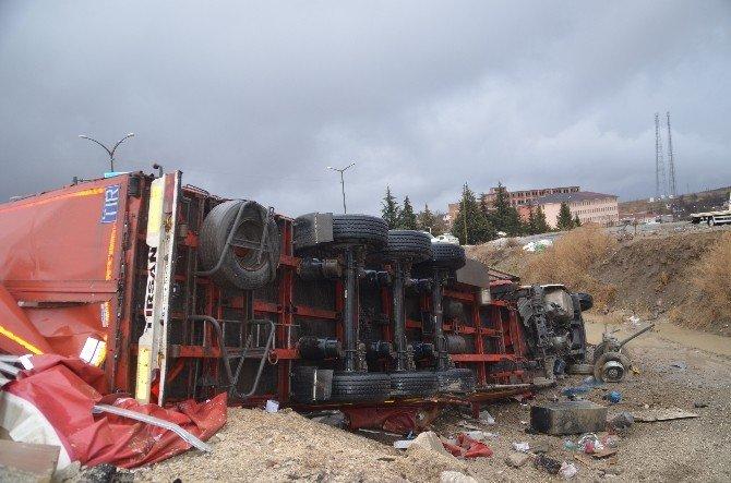 Tosya'da Kargo Arabası Tır Dereye Uçtu