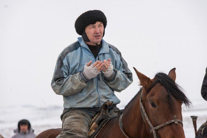 Kazak gençleri at üstünde hünerlerini sergiledi
