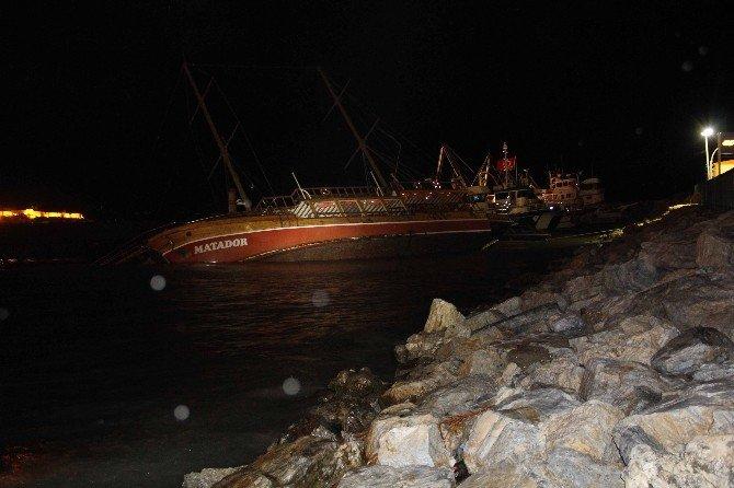 Kuşadası'nda Gezi Teknesi Battı