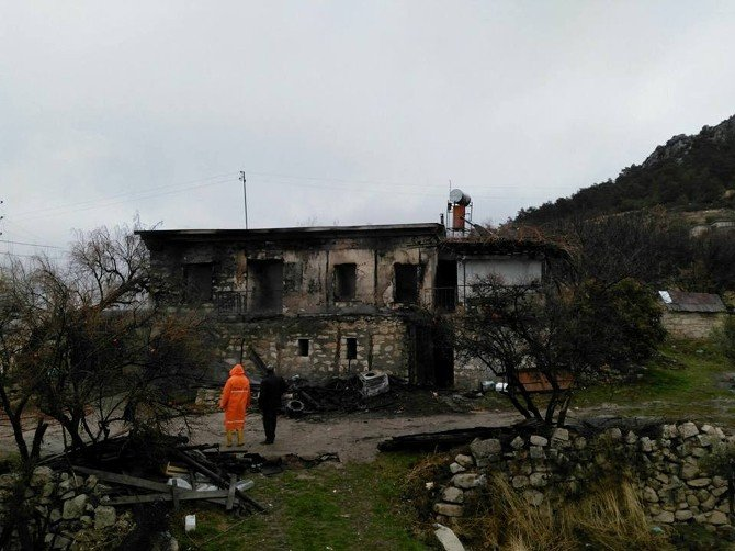 Mut'ta İki Katlı Ev Yandı, Yaşlı Çift Son Anda Kurtarıldı