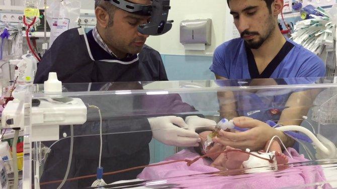 Bebeklerin gözlerini lazer yanığından kurtardı