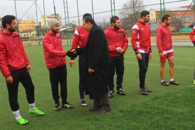 Başkan İkiz futbolculara tatlı ikramında bulundu