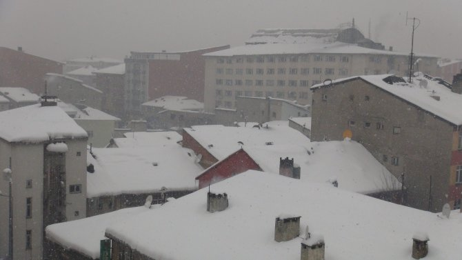 Ağrı'da kar yağışı devam ediyor