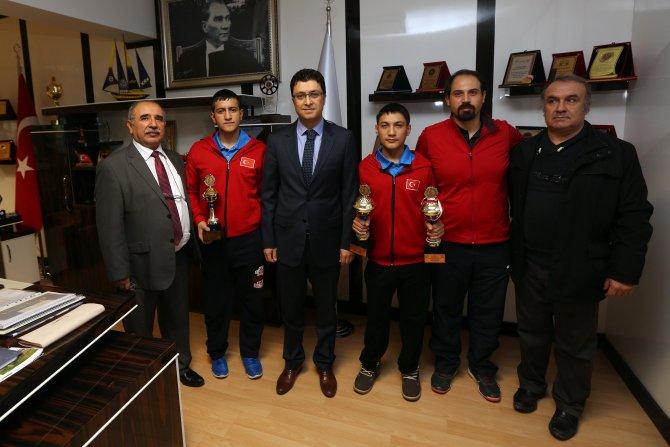 Masa tenisi şampiyonları Başkan Yaşar'ı ziyaret etti