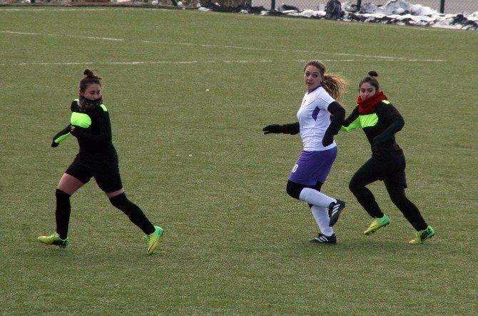 Eksi 4 Derecede Oynanan Futbol Maçında Bayan Sporcular Sahaya Bere Ve Boyunlukla Çıktı