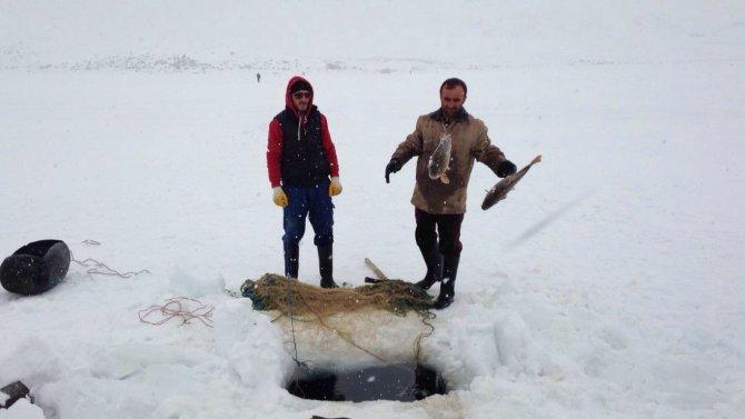 Ahlatlı balıkçılar nafakalarını buz tutan gölden çıkarıyor