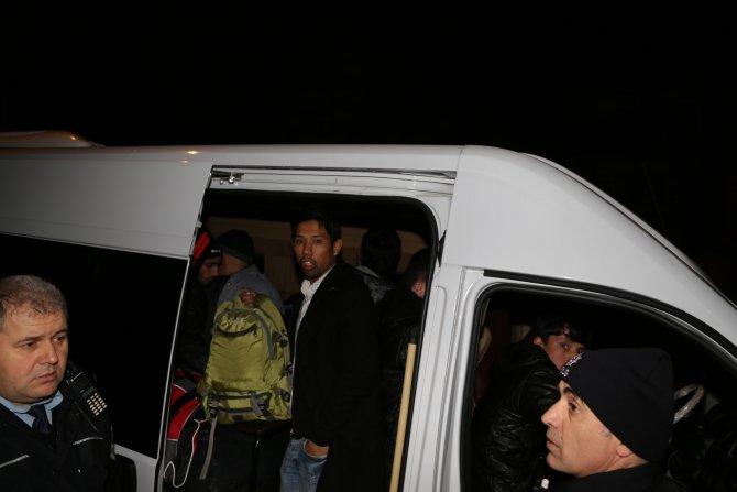 Trafikte tartışıp kaçan şoförün aracında 34 mülteci yakalandı