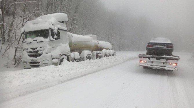 İnegöl'de Kardan Kapanan 34 Mahallenin Yolu Açıldı